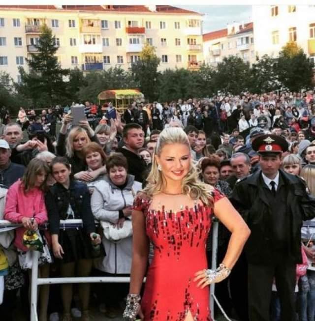 Еще один конфуз принадлежит Анне Семенович . Блондинка выступала на Дне города в Карпинске Свердловской области. Так вот по окончании мероприятия Анна опубликовала в своем Instagram снимок на фоне толпы, на котором представляла в коротеньком платье с весьма подтянутой фигурой.