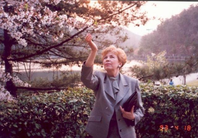 На родине ее образ по большей части раздражал граждан: Горбачеву критиковали за то, что она слишком часто меняет наряды и обвиняли в пристрастии к роскоши.