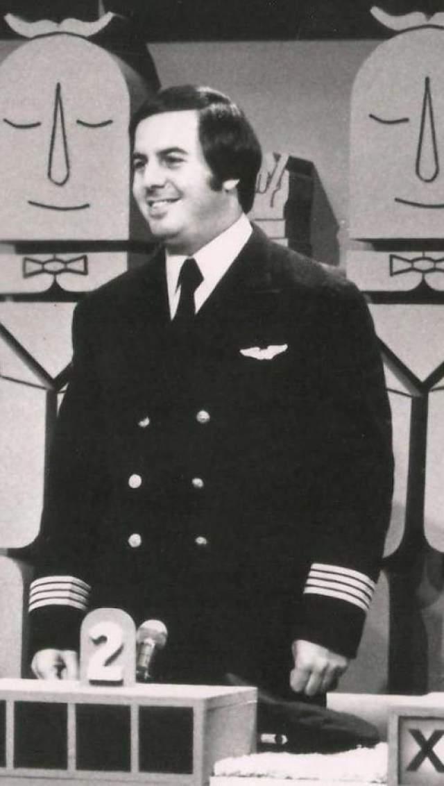 Однажды Фрэнк решил стать пилотом. Представившись молодым пилотом компании, Френк рассказал руководителю отдела снабжения авиакомпании Pan Averican, что кто-то украл его форму, и теперь его за это могут уволить. Да не просто рассказал, а так, что сумел разжалобить доброго джентельмена, и тот выдал ему новый пилотный костюмчик.