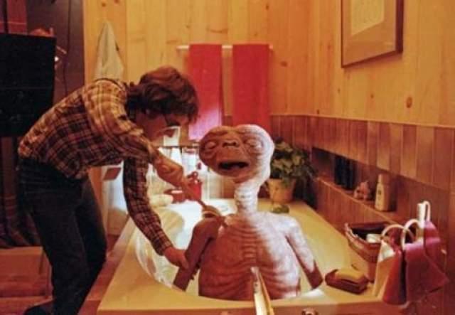 Инопланетянин Е.Т. Режиссер Стивен Спилберг купает чужеземного героя в ванной на съемочной площадке.