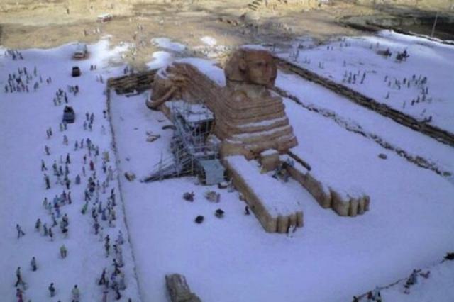 Сфинкс в снегу. Легенда к этой фотографии гласит, что якобы на ней запечатлен сфинкс, покрытый слоем снега в результате первого за 112 лет снегопада в Каире.