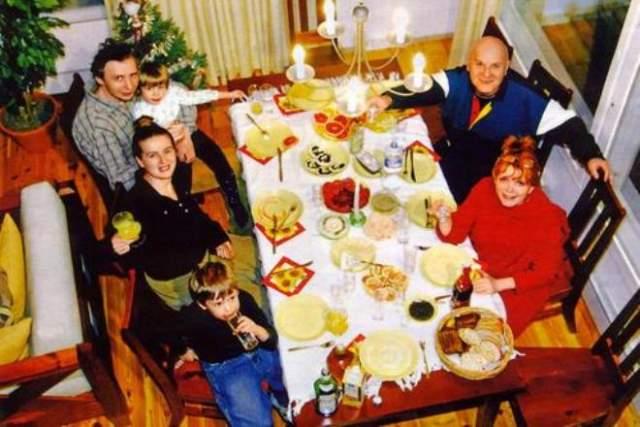 Дважды была замужем, у нее есть очь от второго брака Мария Зерчанинова, а также трое внуков, которым она посвящает все свободное время.