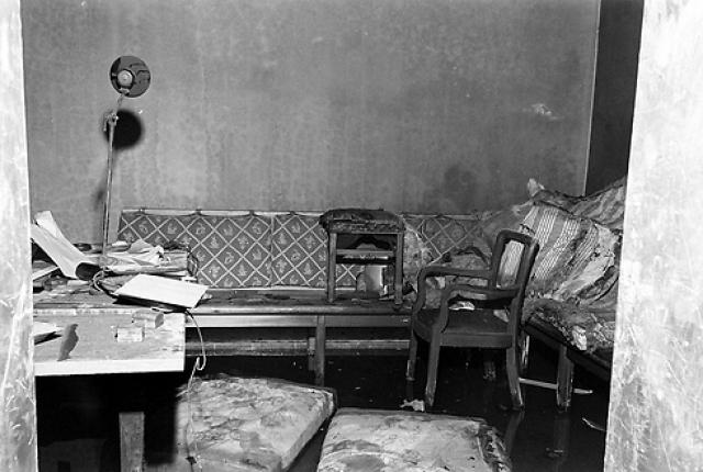"""Летчица также свидетельствует, что во время разговора Гитлер являл собой страшную картину: почти вслепую метался от стены к стене с бумагой в дрожащих руках. """" Полностью распавшийся человек """", - констатировала позже Райч."""
