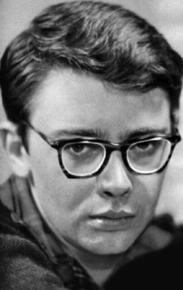 Тогда будущий актер успешно сдал экзамены в Свердловский юридический институт, но проучился там всего полгода и понял, что это не его профессия.