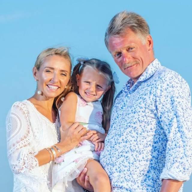 В браке с Екатериной Солоницкой чиновник воспитывал дочь Елизавету. В 2014 году Навка родила от еще женатого Пескова дочь Надю, и чиновник начал оформлять развод.