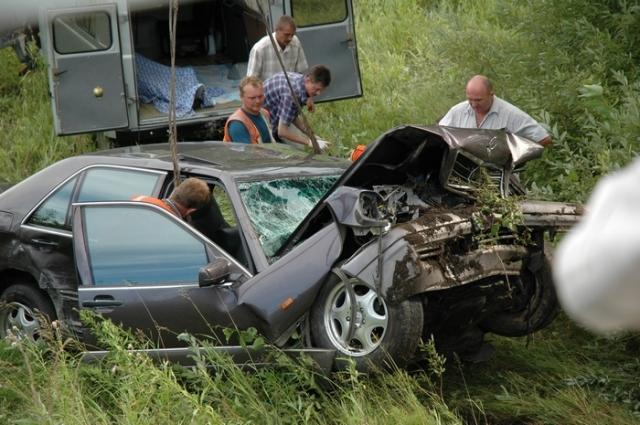 """Не успев вернуться в свою полосу, водитель """"Мерседеса"""" обнаружил перед собой поворачивающий налево попутный автомобиль Toyota Marino, столкнулся с ним по касательной и вылетел с дороги."""