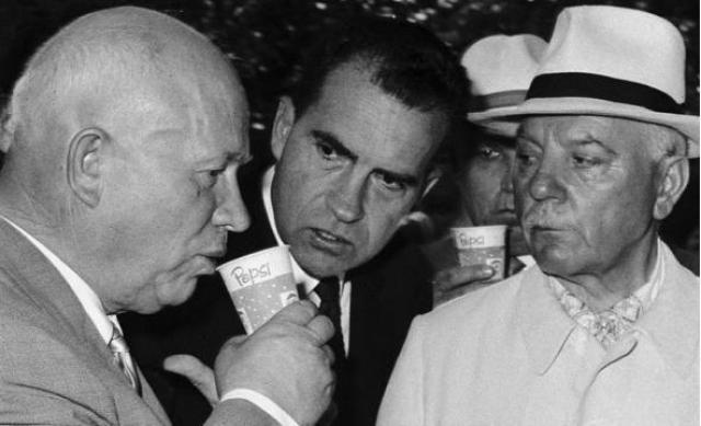 """Это не единственное высказывание Хрущева, шокировавшее представителей запада. """"Мы вас закопаем!"""" - заявил генсек в беседе с американскими дипломатами в Москве. Коммунист планировал процитировать Маркса, сказав, что социализм – могильщик капитализма, однако неудачно сократил суждение."""