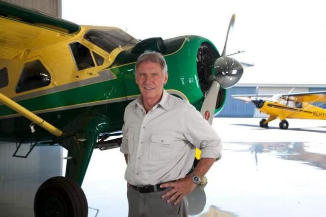 Так он, будучи умелым пилотом, иногда помогает полиции в спасательных операциях в штате Вайоминг, где у Форда большое ранчо.
