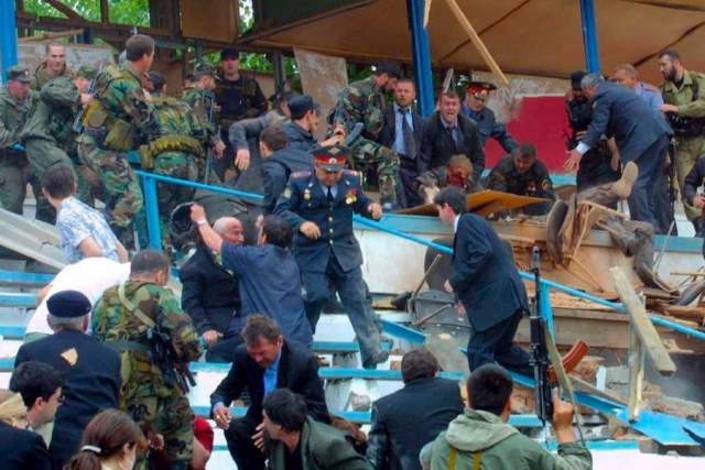 В результате взрыва оказалась разрушена VIP-трибуна, были ранены несколько десятков человек, в том числе Кадыров, Исаев и Баранов. По свидетельству очевидцев, Ахмат Кадыров был тяжело ранен, его костюм разорван, голова окровавлена.