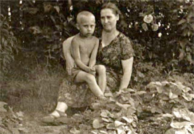 Мать, Мария Ивановна Шеломова также работала на заводе, пережила блокаду Ленинграда.