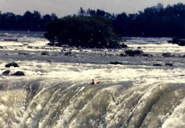 1990 год. 28 летний Джесси Шарп , на котором не было ни каски, ни спасжилета, пересек на своем красном каяке перегиб водопада и исчез в облаке водяной пыли на глазах сотен изумленных туристов.