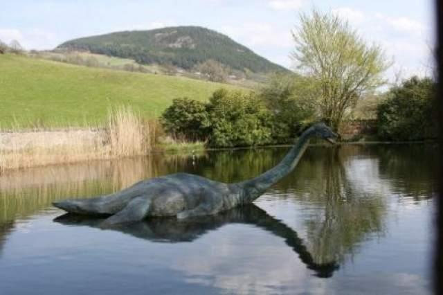 Статуя Несси в озере Лох-Несс.