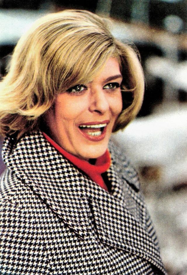 Конечно, из кино пришлось уйти. В 1993 году она вновь получила кресло министра культуры, но вскоре умерла.