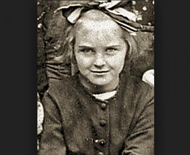 """Ева Браун. Браун родилась 6 февраля 1912 в Мюнхене и была второй дочерью школьного учителя Фридриха """"Фрица"""" Брауна. Жили они сравнительно неплохо, по меркам среднего класса того времени. У семьи Браун была квартира, служанка и автомобиль."""