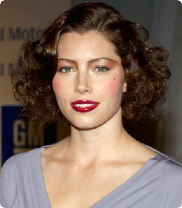 Джессика Бил. Даже сложно понять, прическа или макияж сделали звезду неузнаваемой.