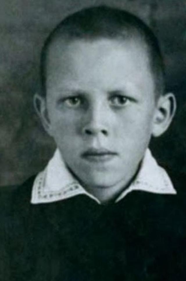 А этот молодой человек - Валера Золотухин .