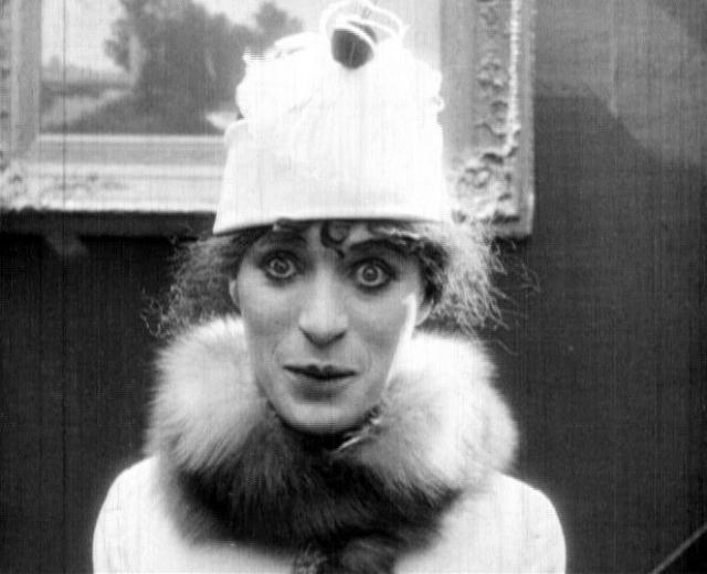 """Чарли Чаплин в фильме """"Женщина"""". Актер стал первым мужчиной, который решился сыграть женщину в кинематографе. В самом начале его звездной карьеры. он перевоплотился в простую американскую женщину."""