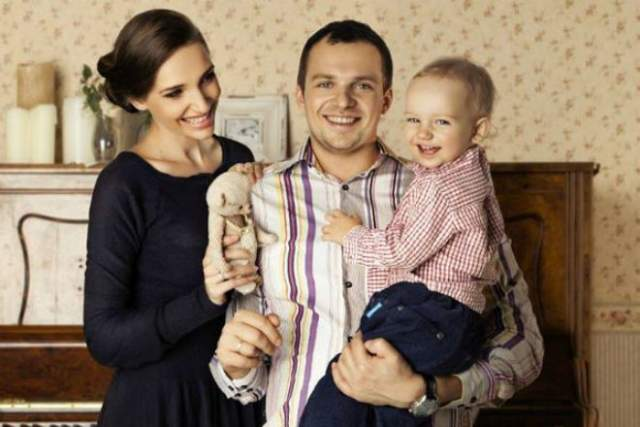 Когда самое страшное осталось позади, семья решила, что Янин будет жить не с супругой, а с мамой Ольгой в ее загородном доме. Однако жена Дарья и сын часто навещают актера.