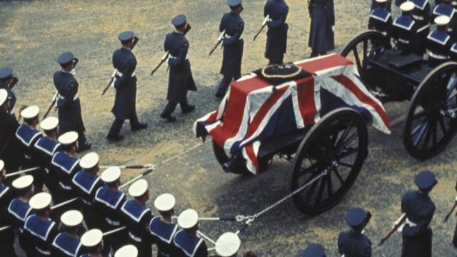 Поскольку Черчилль сыграл большую роль в окончании Второй мировой войны, его похороны в 1965 году соответствовали церемониям, которые проводятся только для членов королевской семьи.