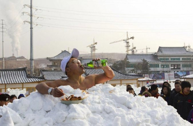 В январе 2011 года Цзинь Сонгхао из Китая установил мировой рекорд как человек, чьё тело провело самое длительное время в полном контакте со снегом. В снегу он просидел 46 минут с 7 секунд.