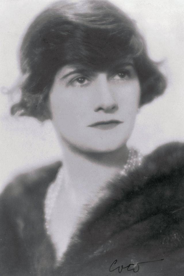 """В 1910 году Шанель открыла в Париже шляпный магазин - в течение года он переместился на улицу Камбон, 31, напротив отеля """"Риц"""", где находится по сей день."""