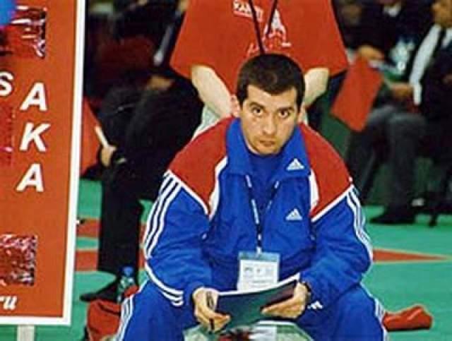 Георгий Хижняков, каратэ Бывший главный тренер сборной России по каратэ, бывший чемпион страны в этом виде спорта Георгий Хижняков организовал банду, которая занималась угоном автомобилей. Преступники угоняли иномарки представительского класса, а затем перепродавали их.
