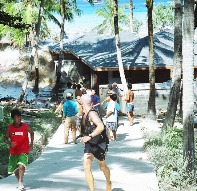 Тысячи людей на побережье от смерти отделяло простое везение: некоторые смогли ухватиться за то, что попалось под руку (кое-кто даже поймал проплывавшие мимо спасательные жилеты). Или зацепиться за ограду. Они уцелели. В Таиланде цунами унесло жизни 8,5 тыс. человек. Почти треть - иностранные туристы.