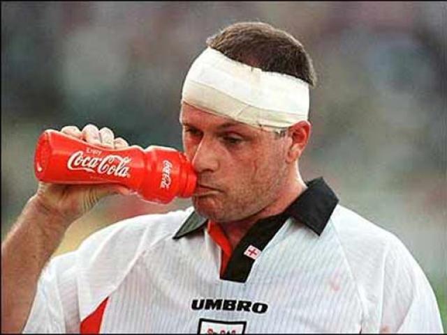 Любовь к рюмке стала стеной между Полом и карьерой великого футболиста, многие не желали брать на себя ответственность за него, а из-за нарушения им режима, отказались взять его на чемпионат Европы.