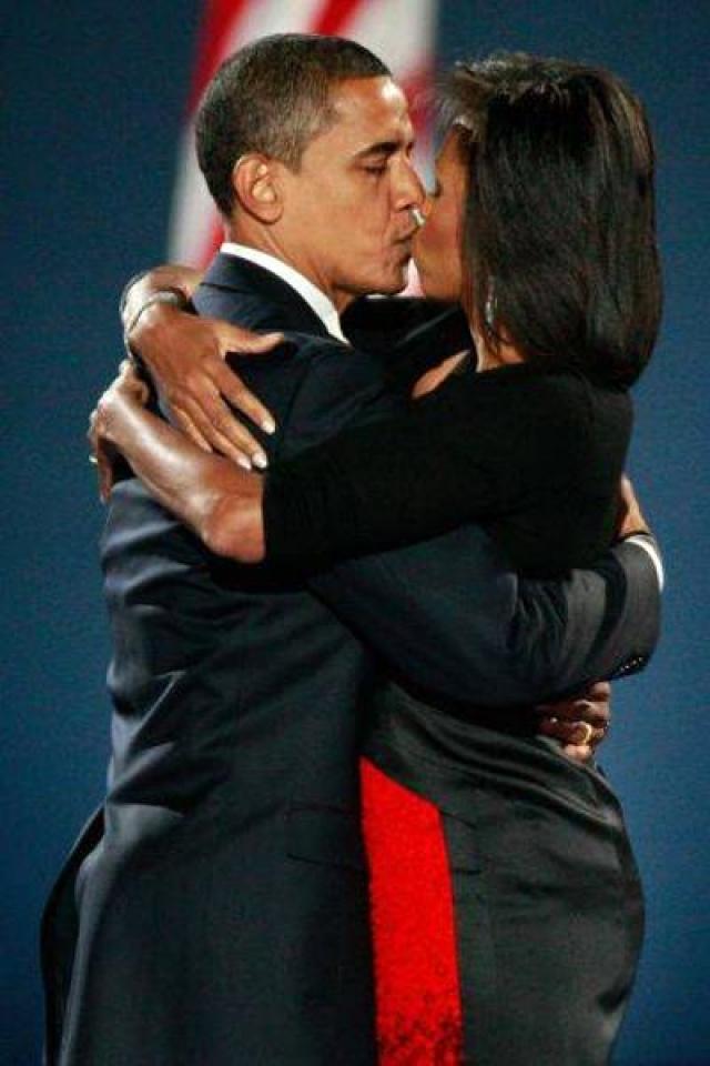 Поцелуи американского президента и его супруги часто становятся предметом обсуждения из-за того, что производят впечатление наигранности.