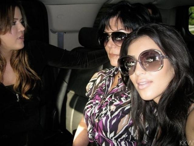 """Даже """"одетые"""" селфи знаменитости могут стать поводом для скандала, как, например, снимок, который она сделала в тот момент, когда вместе с семьей отвозила в тюрьму свою сестру Хлои. Конечно, на Ким обрушился шквал критики."""