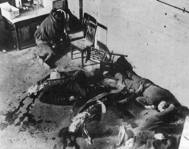 Они покорно выстроились у стенки, но вместо ожидаемого обыска раздались выстрелы. Семь человек были убиты.