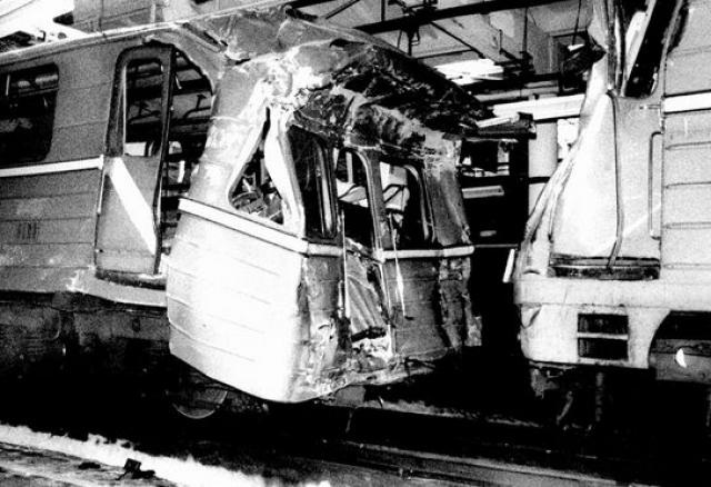 """Первая авария произошла в среду 30 марта 1994 года в 18:48 на перегоне """"Нагорная"""" - """"Нахимовский проспект"""". Состав, двигавшийся из центра, догнал впереди идущий поезд, который тормозил перед прибытием на станцию, и врезался в него."""