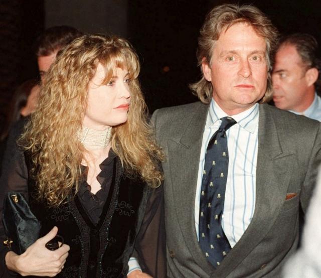 Майкл и Диандра Дуглас. 33-летний Дуглас женился на 19-летней Диандре Лукер, дочери австрийского дипломата в 1977. Брак продлился 23 года