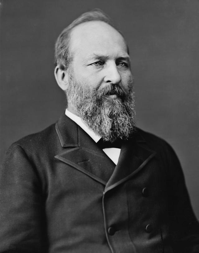 """Джеймс Абрам Гарфилд. Президент США находился на железнодорожном вокзале в Вашингтоне, когда ему выстрелили в спину из револьвера """"Бульдог"""". Первоначально рана президента была неглубокой, а пуля застряла в месте, не близком к жизненно важным органам."""