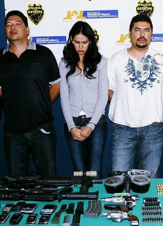"""Их задержали, когда те перевозили целый склад оружия. В полиции Лаура уверяла, что они с друзьями просто ехали в Боливию и Колумбию """"на шопинг""""."""