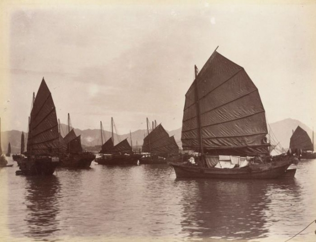 """16-летняя проститутка """"мадам Цзин"""" вышла замуж за знаменитого пирата Чжэн И, а после его смерти в 1807 году унаследовала пиратский флот в 400 судов. Ее подчиненные атаковали торговые суда у побережья Китая, заплывали глубоко в устья рек, разоряя прибрежные поселения."""