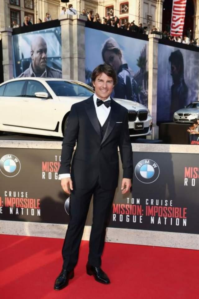 """1. Том Круз Из всех голливудских знаменитостей Том Круз ближе всего к тому героизму, который он изображает в фильмах вроде """"Миссия невыполнима"""". ОСобенно славным был для него 1996 год - кстати, год выхода первой """"Миссии""""."""