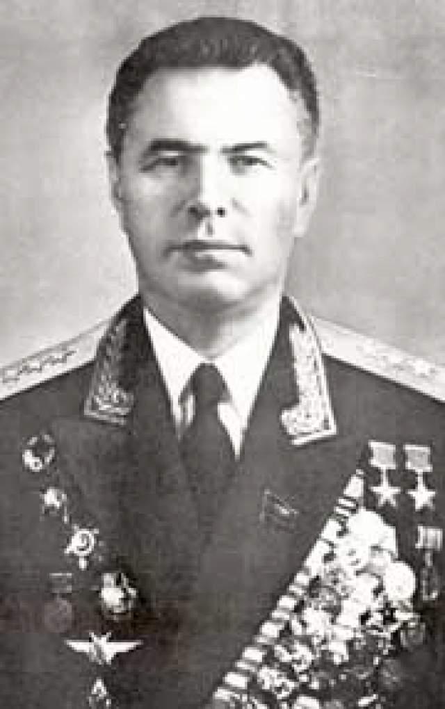 Николай Скоморохов. 1920-1994. Дважды Герой Советского Союза. Провел 605 боевых вылетов, одержал 46 личных побед и 8 в группе. Погиб в ДТП.