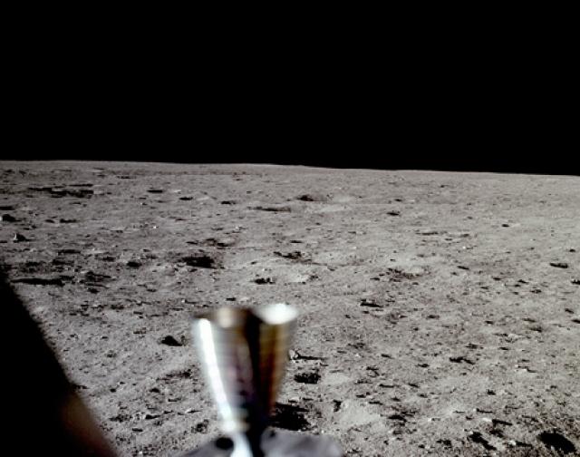 """Известно высказывание Армстронга о том, что ни звезд, ни планет, за исключением Земли, не было видно"""""""