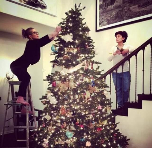 Келли Осборн показала фанатам, как наряжает елку под четким руководством мамы Шерон.