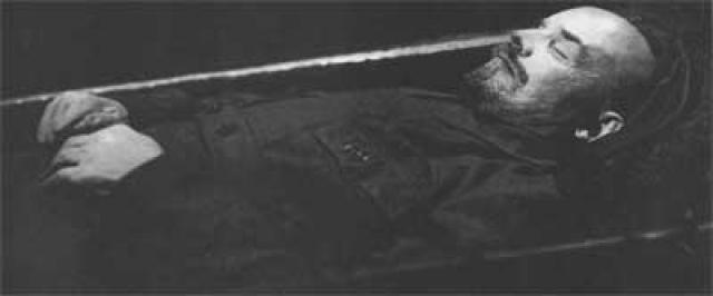 Согласно советской историографии, идея не захоронить тело Ленина, а сохранить его и поместить в саркофаг возникла в среде рабочих и рядовых членов большевистской партии, которые направили многочисленные телеграммы и письма об этом руководству Советской России.