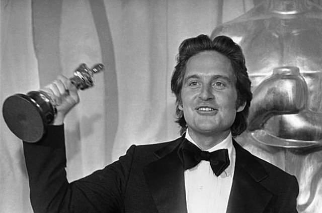 """В 1975 году Майкл уговорил Кирка Дугласа уступить ему право заняться экранизацией романа Кена Кизи """"Пролетая над гнездом кукушки"""" и заработал на этом свой первый """"Оскар""""."""