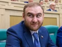 Назван официальный доход арестованного сенатора Арашукова