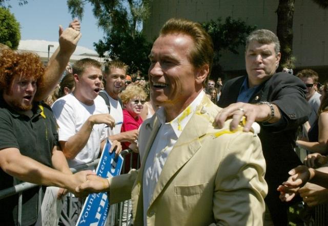 2003 год. В Арнольда Шварценеггера бросили яйцо во время его встречи со студентами в Калифорнии. Железный Арни заметил, что злоумышленник теперь должен ему бекон. В этот год актер стал 85-м губернатором Калифорнии.
