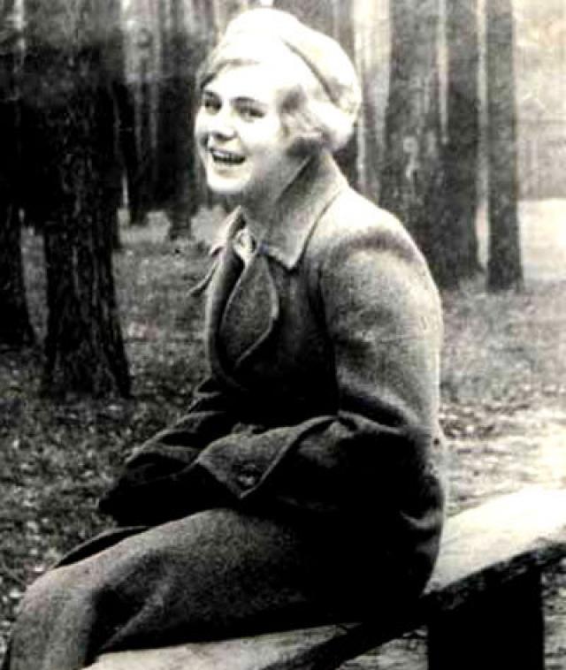 Вера была тяжело ранена, но ее не смогли забрать, так как к месту обстрела очень быстро прибыли немецкие солдаты. Девушку повесили немцы.