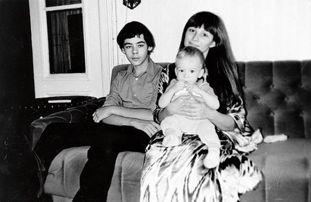 """Родила двоих сыновей. Вела передачи на телевидении. Еще в начале 1980-х годов Наталья Варлей поступила в Литературный институт. Некоторое время работала в театре """"О'кей""""."""
