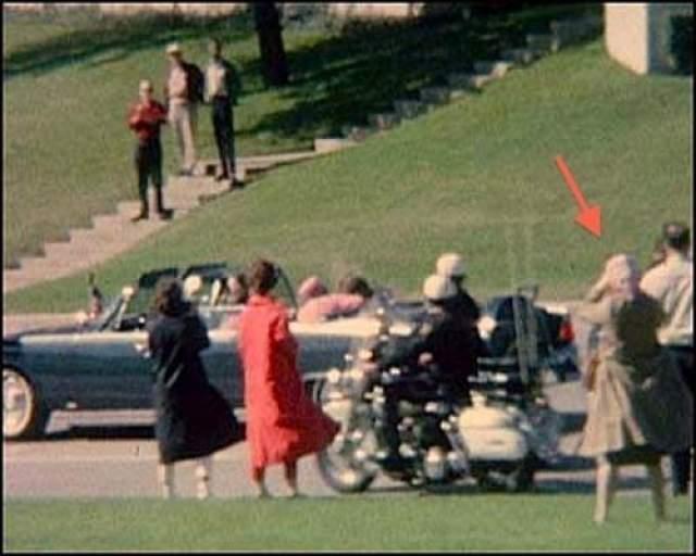 Бабушка (22 ноября 1963 года) Когда 22 ноября был убит 35-ый президент США Джон Кеннеди, были сделаны множество фотографий предшествующих его смерти. И на многих снимках замечена эта необычная старушка с камерой.