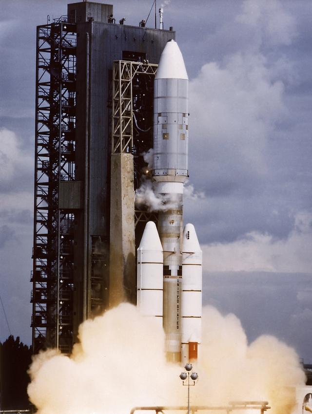"""Также при разработке корпуса ускорителя, желая сэкономить на времени и стоимости, инженеры заимствовали многие детали и узлы от другой твердотопливной ракеты """"Титан III"""""""