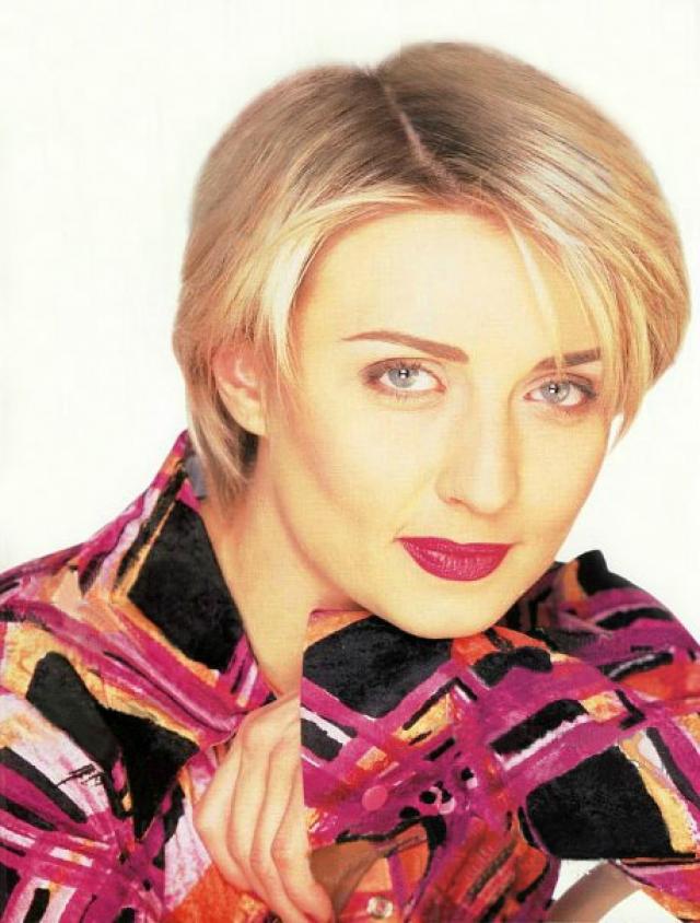 """Татьяна Овсиенко. Овсиенко начала карьеру в конце 80-х годов, придя в """"Мираж"""". На счету Татьяны такие хиты, как """"За розовым морем"""", """"Школьная пора"""" и """"Капитан""""."""