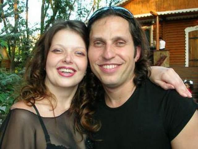 Когда им было по 20 лет, Наталья уехала из родного Донецка в Киев с возлюбленным, затем вышла замуж. Последнее, что о ней рассказывал ее известный брат, - это то, что она жила в Донецке и работала учителем английского языка в школе.